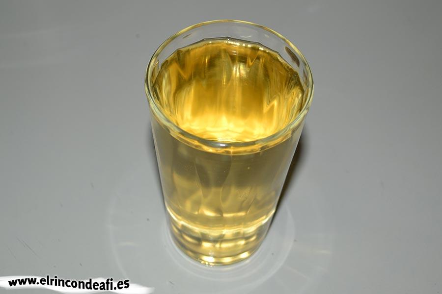 Caldereta de cordero con setas, añadir el vino blanco