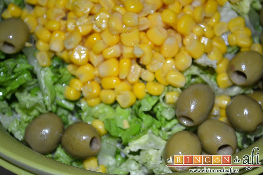 Ensalada variada, añadir las aceitunas sin hueso