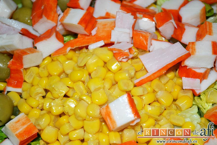 Ensalada variada, añadir palitos de cangrejo troceados