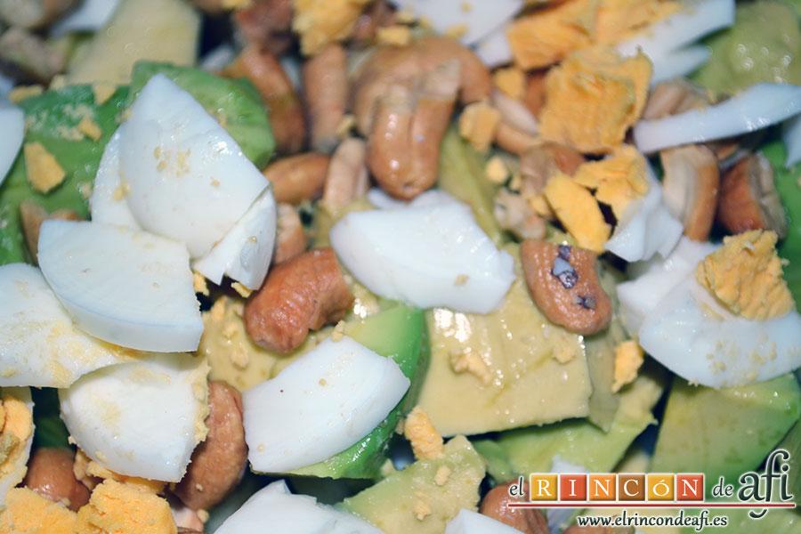 Ensalada variada, añadir el huevo duro y anacardos troceados