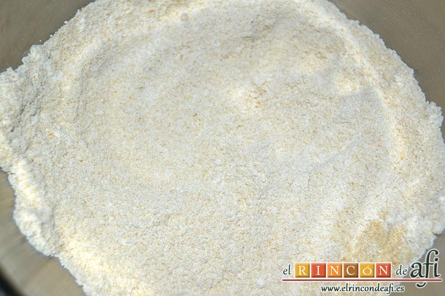 Tiritas de pechuga de pollo empanadas, mezclar la harina y el pan