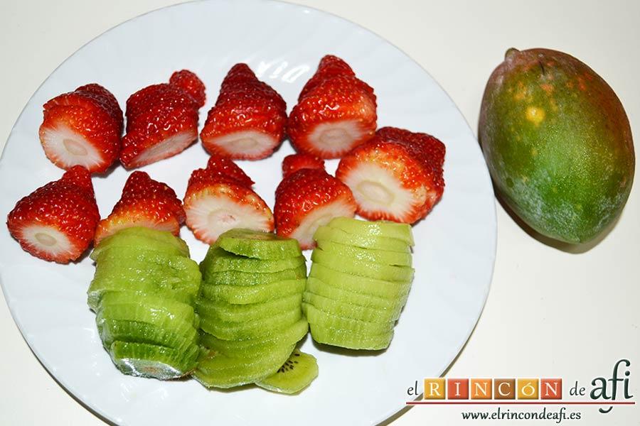 Tarta de queso con fruta fresca, cortar la fruta en rodajas