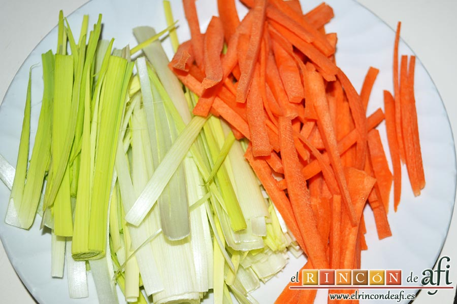 Noodles con lomo de cerdo, verduras y champiñones salteados al wok, cortar la parte blanca de los puerros en juliana y la zanahoria pelada en bastones