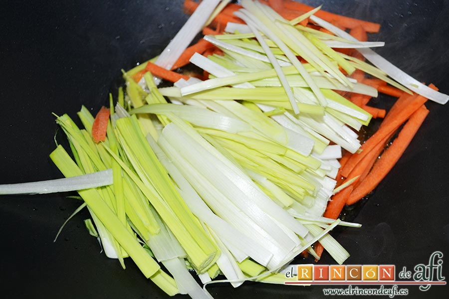 Noodles con lomo de cerdo, verduras y champiñones salteados al wok, poner unas gotas de aceite en el wok y empezar a poner las verduras