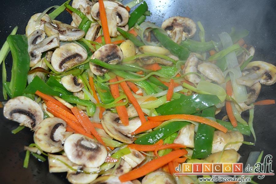 Noodles con lomo de cerdo, verduras y champiñones salteados al wok, añadir los champiñones