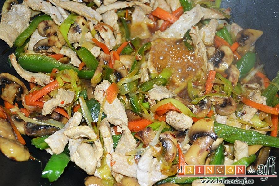 Noodles con lomo de cerdo, verduras y champiñones salteados al wok, salpimentamos, añadimos una pizca de ají, 2 cucharadas de aceite de sésamo y un buen chorro de salsa de soja