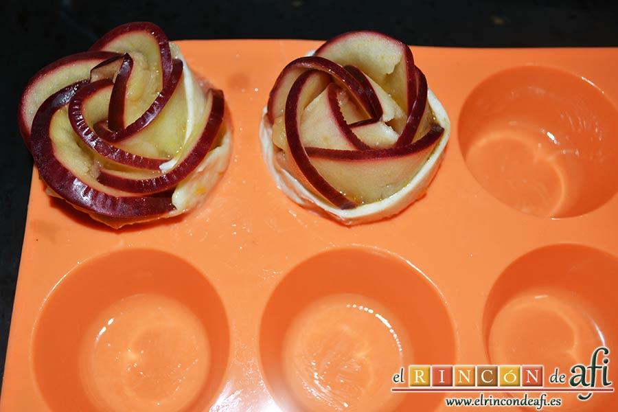 Rosas de manzana, la enrollamos para conseguir una rosa que colocaremos en un molde de magdalenas previamente untado con mantequilla derretida